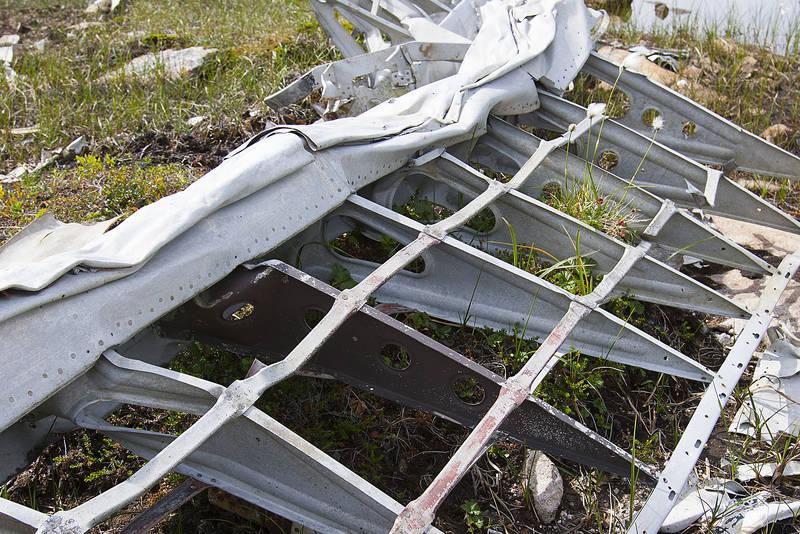 Også store vrakdeler som denne flyvingen ligger ved krigsminnesplassen. NB: Ingen deler skal røres eller fjernes.