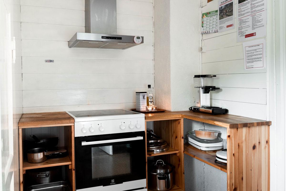 Kjøkkenet er velutstyrt og romslig.