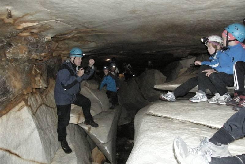 Russånesgrotta ligger ikke langt fra Jordbruhytta. Den er ei marmorgrotte som kan besøkes når vannføringa i Russåga er liten.