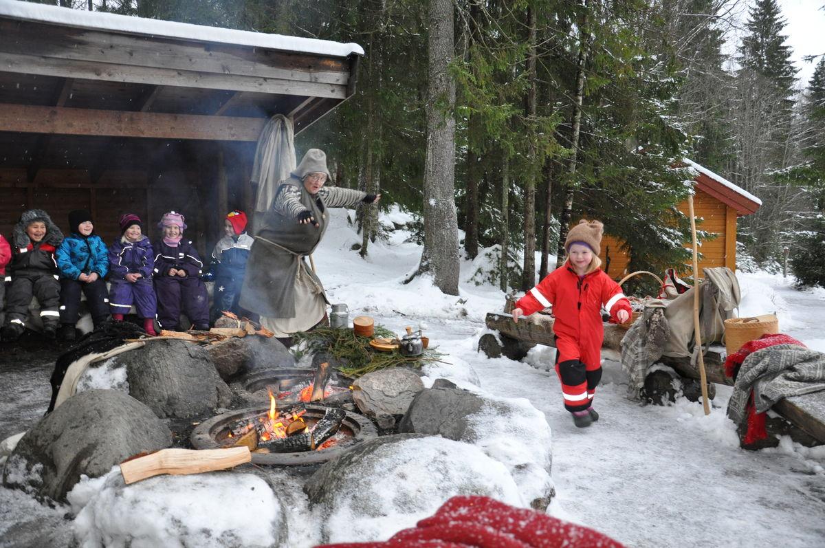 Karine Mosedotten jakter på en mus under Julemoro på Sæteren Gård.
