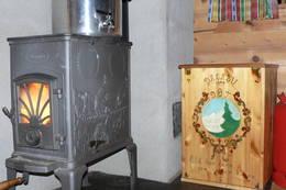 Den rosemalte vedkassa og ovnen - Foto: Per Arve Kristiansen