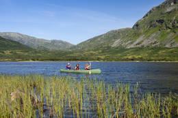 Padling med kano på Solrenningsvatnet i Stølsheimen. - Foto: Helge Sunde