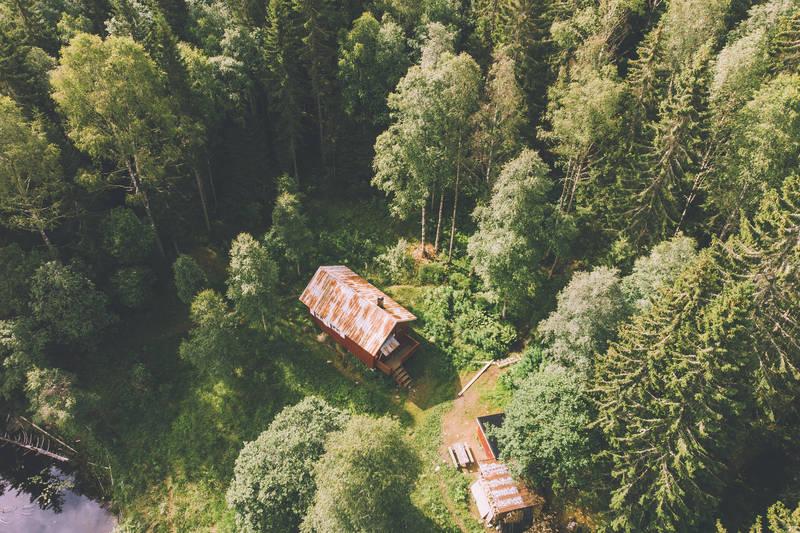Hytta ligger i Losbydalen kun 6 km fra Losby gods
