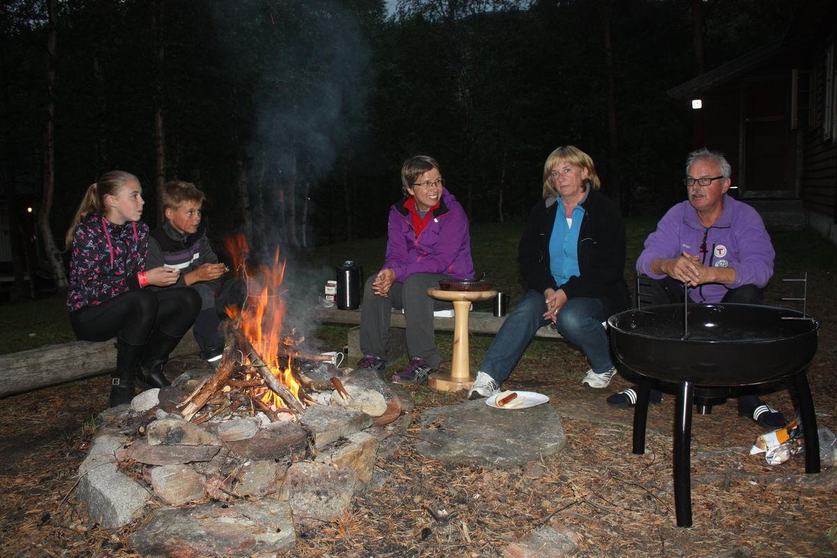 En prat rundt bålet en varm høstkveld