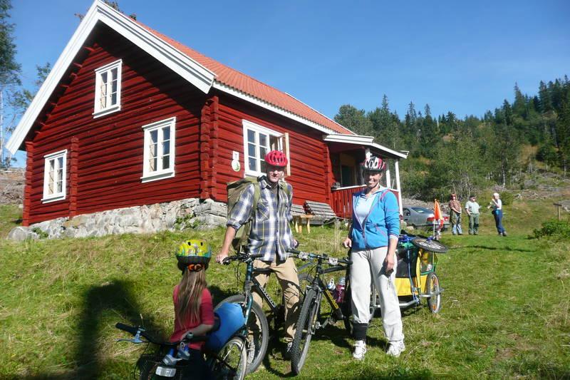 Familie på sykkeltur til Svarvestolen i Finnemarka