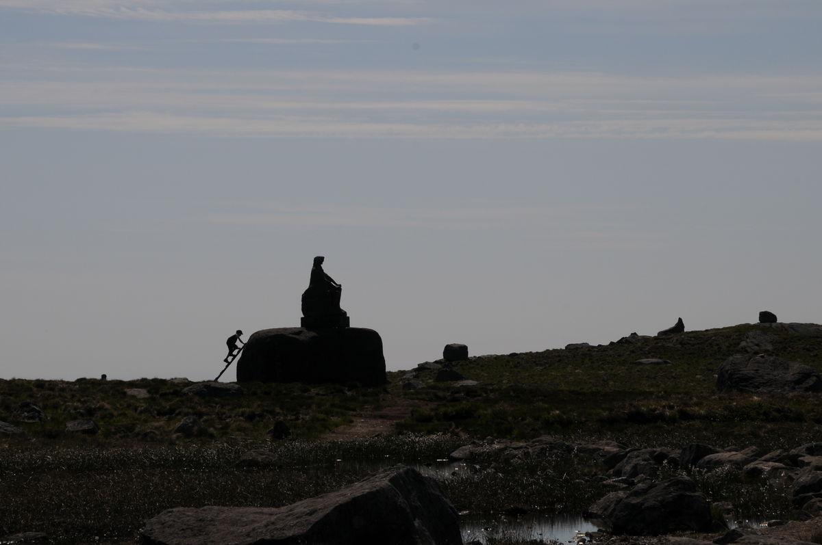 Bildet er tatt den 5. Juni 2011. Dagstur til Synesvarden og Steinkjerringa på Høg-Jæren. Et av barna sprang i forveien når målet ble oppdaget og klatrert resolutt opp. Synes det illustrer vårt ønske om å komme til topps (også gjerne først) på en herlig måte.