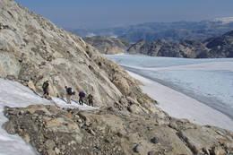 Det tar 3 timer å gå over breen i taulag fra Fonnabu til Holmaskjer hvorfra man går ned til Odda. Daglige breturer om sommeren. - Foto: Svein Ulvund