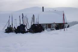 Det er plass til mange i nyhytta. Viktig å grave plass for rømningsveier når det er så mye snø. - Foto: Anne Grethe Meisler