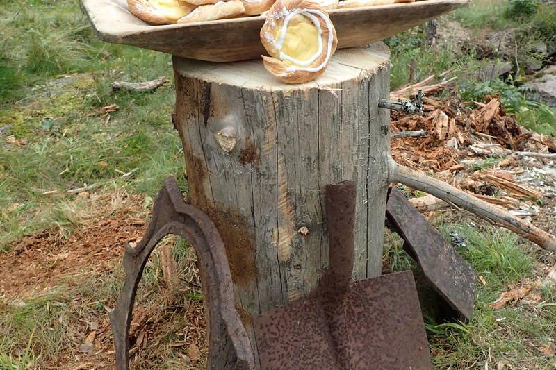 Andreas Dammyr serverte hjemmebakte wienerbrød under Traurenna. Redskap etter Andreas Dammyr.