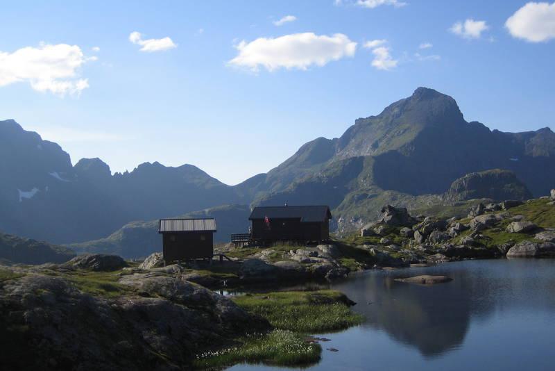 Sjarmerende hytte ved koselig fjellvann og med flott dagsturmuligheter til Hermannsdalstinden som sees i bakgrunnen.