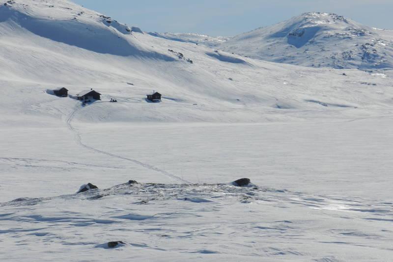 Løypa til Kringlevatn blir kvistet ferdig til påske. Hytta ligger fint til ved vannet med mektige fjell på alle kanter.