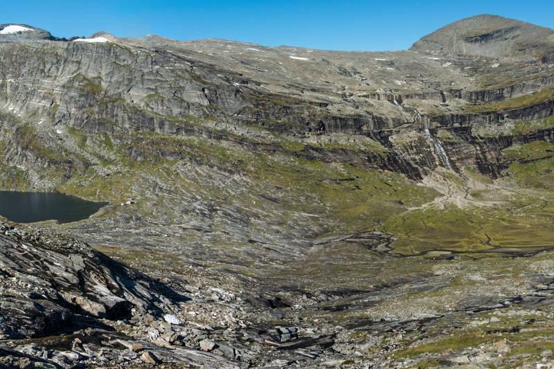 Blåvatnhyttene, med Skittendalstinden, Pungdalstinden og Grindalsfjellet som bakgrunn.