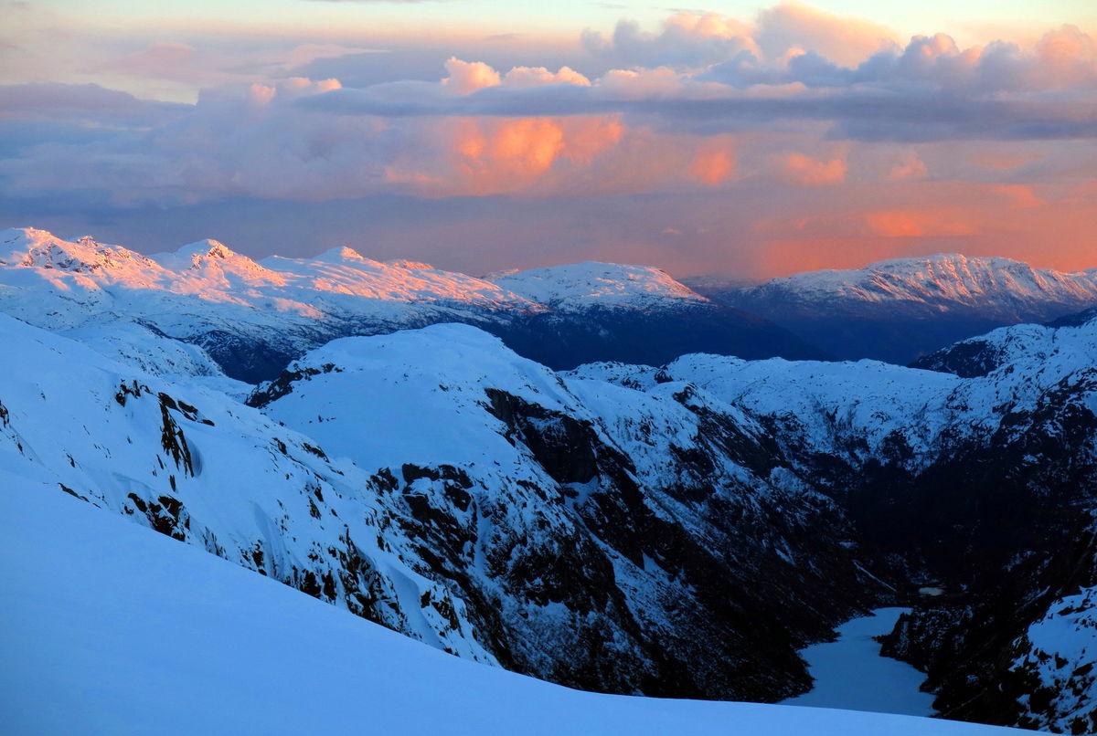 Utsikt sørover fra hytta, mot Etnefjellene og ned i Sandvikevatnet.