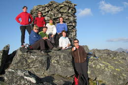 Hjemmetjenesten i Vågan går ofte på tur på sommerhalvåret. Her er et gruppebilde fra toppen av Matmora Som ligger i Vågan kommune i Lofoten. Vi hadde en fantastisk tur i et alldeles fantastisk vær den 26 august.  -  Foto: Liv Karin Jensen