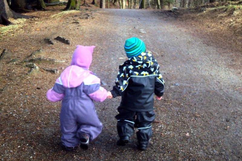 Ailin og Andreas ut på tur i høstværet i Djupadalen, Haugesund