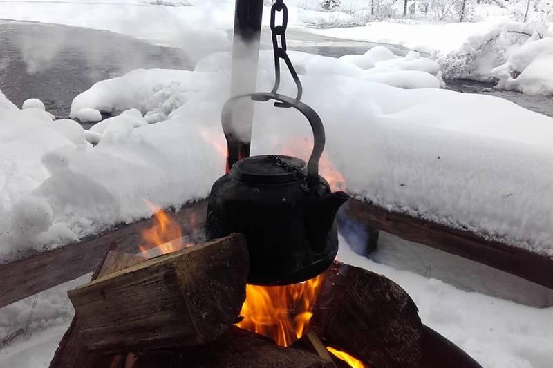 Rubensplass gir rom for hyggelige stunder med bålkaffe og mat laga over bålpanna.