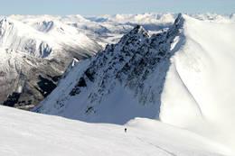 Utsikt østover mot Storbreskaret, skiløper kan skimtes nede i sida. -  Foto: Arild Eidset