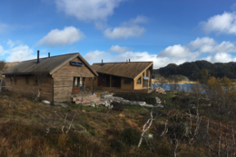 2 hytter på Kvinen, hovedhytta med 30 sengeplasser (DNT-nøkkel) og den minste hytta har 10 senger. - Foto:
