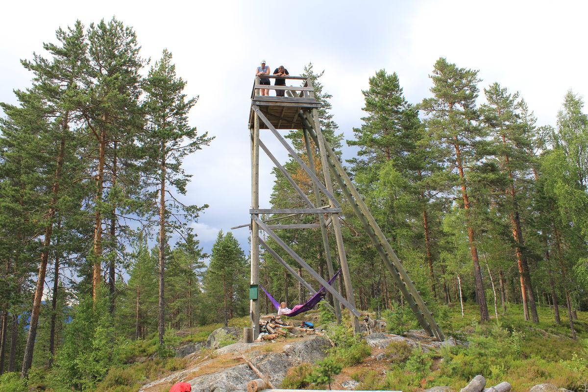 Utsiktstårnet på Fyrandflaget har hengekøye og sitteplasser. Trimbok ligger i postkassa. Tårnet står 414 m.o.h.