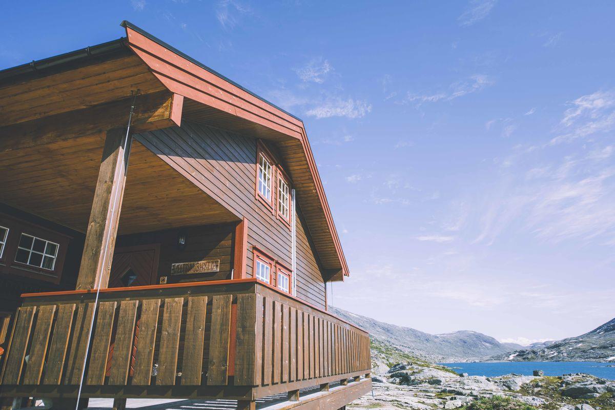 I hjertet av Tafjordfjella, i vill og vakker natur finner du Veltdalshytta.
