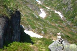 Løypa klatrer langs kanten ned nordsia av Pessarheia og ned i Helvetesskaret. Løypa er merket med røde merker i stein, bergm varder og trær. - Foto: Bjørn Ove Finseth