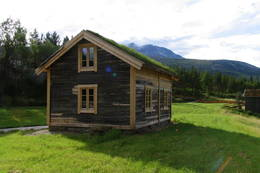 Storjordstua er hentet fra Nystadnes i Saltdal, restaurert og gjort til en del av Nordland nasjonalparksenter, samtidig som den fungerer som turisthytta - Foto: Asbjørn Hagen