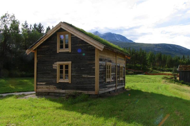 Storjordstua er hentet fra Nystadnes i Saltdal, restaurert og gjort til en del av Nordland nasjonalparksenter, samtidig som den fungerer som turisthytta