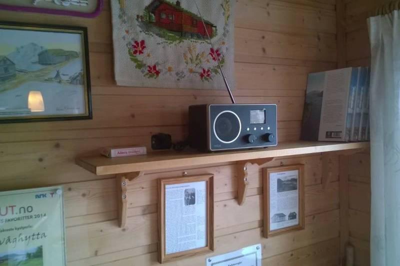 Guvåghytta, Mathiasnaustet og Teastua har fått nye dab+ radioer. Meget god dekning! Gjestene får nå mange kanaler å velge mellom. Strømmen til radioene hentes fra batteribank, som igjen lades opp fra solcellepanelene.