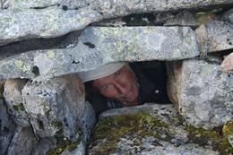 Turleder Inge Johansen nede i Ørnefangerhula, ikke akkurat romslig med plass.... -  Foto: Bjørn Eide