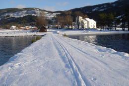Brygga med Moland kyrkje - Foto: Sven Lie