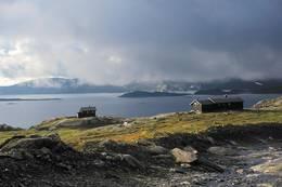 Hovedhytta til høyre og sikringshytta har flott utsikt over Holmavatnet. - Foto: Ukjent