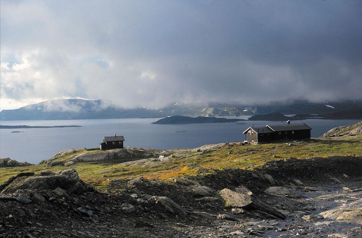 Hovedhytta til høyre og sikringshytta har flott utsikt over Holmavatnet.