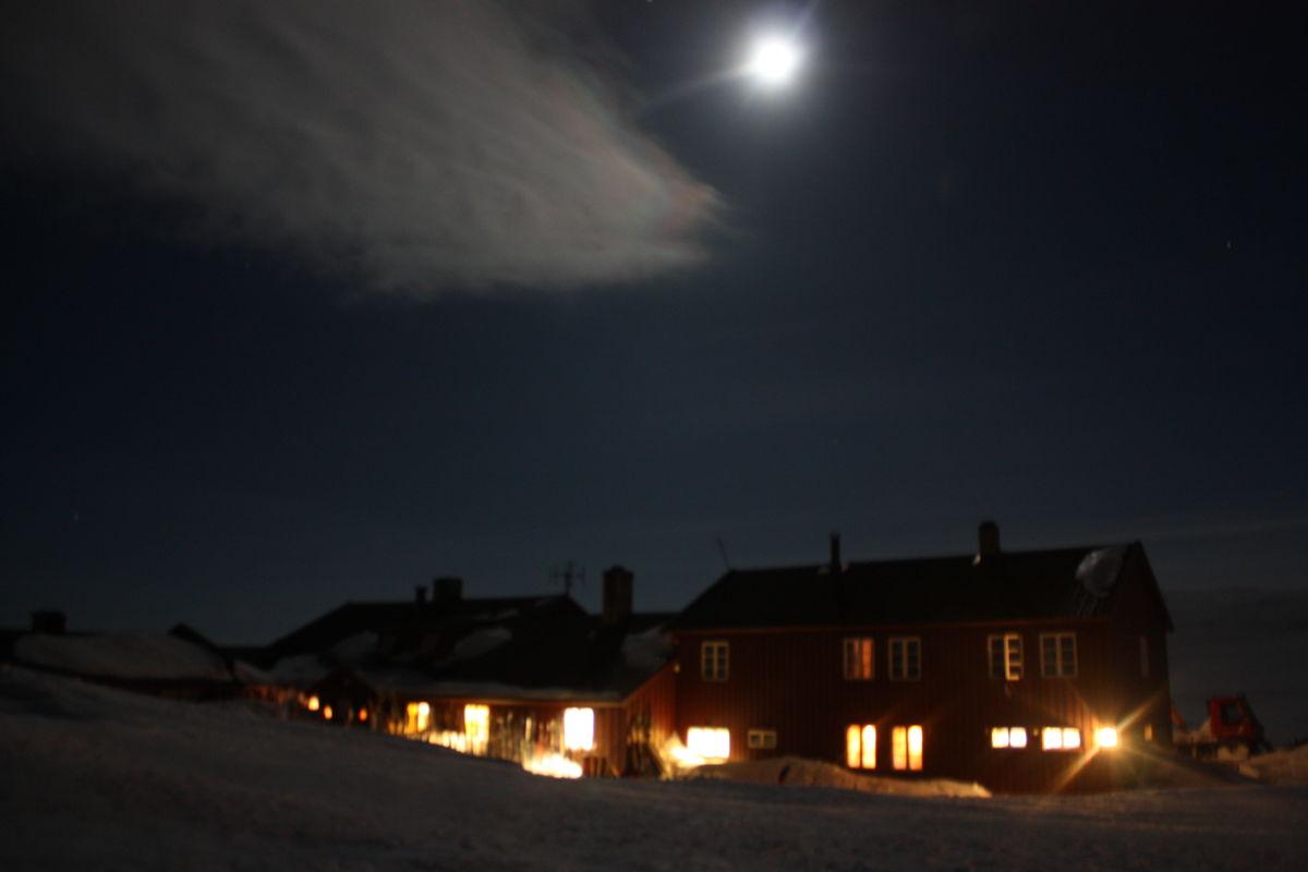 Månen skinner fint over Krækkja en påskekveld i 2009