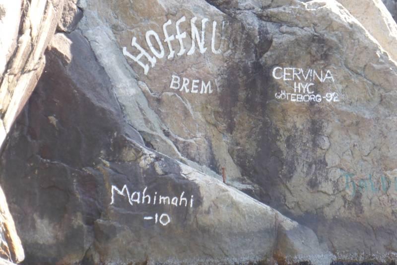 Sjøfarende har satt sin signatur på bergveggen ved siden av kaien.