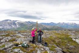 På toppen av Kråkmotinden. Merkepålen er satt opp. -  Foto: Kjell Fredriksen
