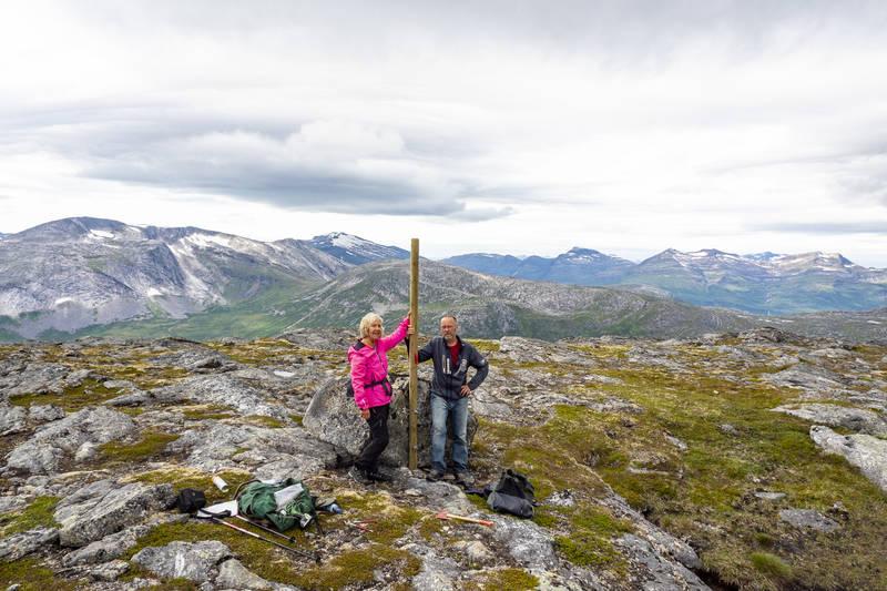 På toppen av Kråkmotinden. Merkepålen er satt opp.