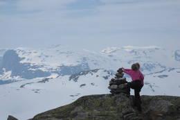 Vilde (10) og Lara Regine (7) på Vesle Nup, langfredag påsken 2011.<br /><br />Turen gjekk fra Haukeliseter til Vesle Nup, som er 1510 m.o.h. Kjempetur!  -  Foto: Lars J Myklathun