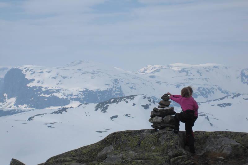 Vilde (10) og Lara Regine (7) på Vesle Nup, langfredag påsken 2011.  Turen gjekk fra Haukeliseter til Vesle Nup, som er 1510 m.o.h. Kjempetur!