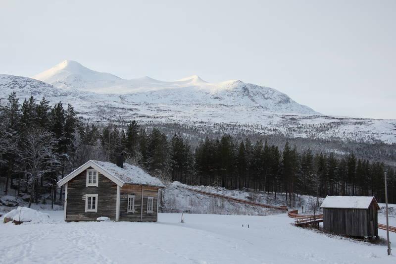 I bakgrunnen troner Ølfjellet, høyeste toppen på Saltfjellet