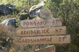 Skilt ved oppgangen til Breidablikk og Fonnabu. Skiltet står i Bondhusdalen ved grusveien. - Foto: Einar J. Grieg