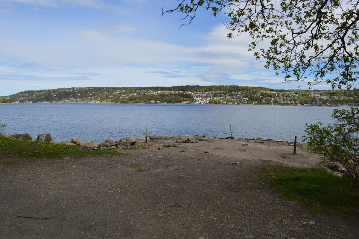 Færgestad med ustikt over til Drøbak. Her finnes en gammel kai og like sør finner du merkesteinen Drammen 3 1/2 mile.
