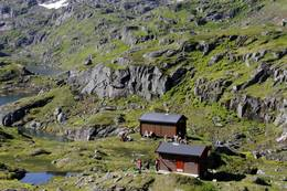 Trollfjordhytta i de majestetiske Trollfjordfjellene. - Foto: Bjørn Eide
