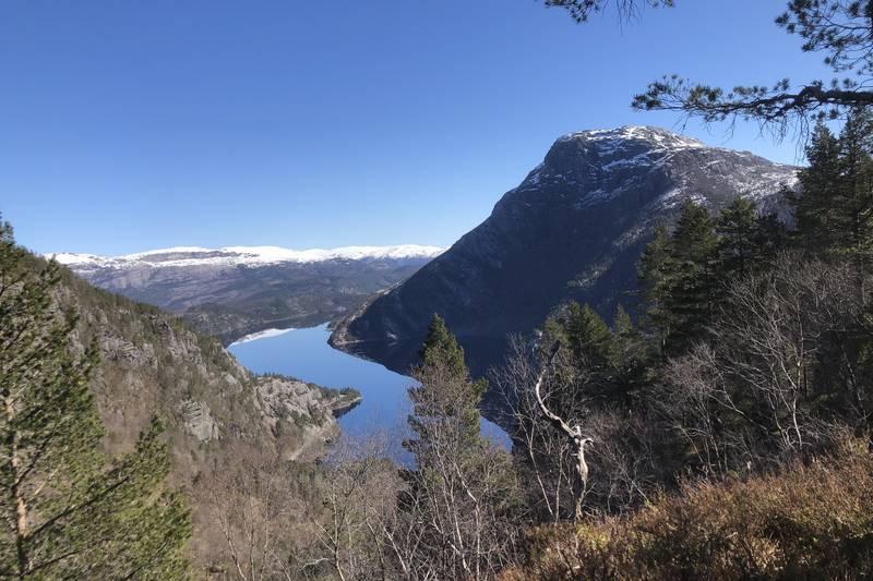 Fin plass for pause med utsikt mot Endestadvatnet og Endestadnipa