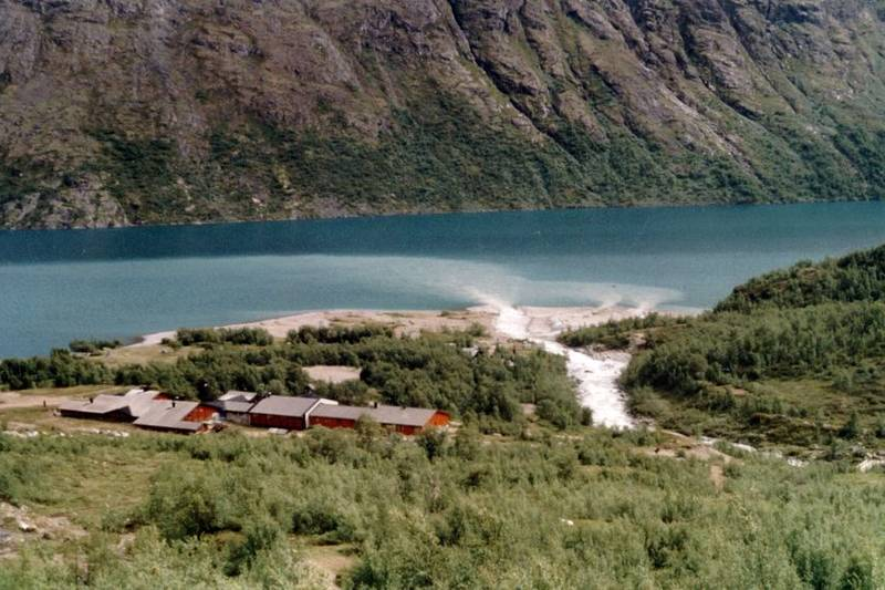 MEMURUBU: Var opprinnelig en steinbu, og turistene overnattet i steinbuer, sammen med budeier og andre som arbeidet i fjellet. Hytta ble innkjøpt av Den Norske Turistforening 1870.