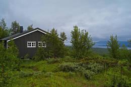 Lappjordshytta med utsikt ned mot Tornetresk - Foto: Clas Holmberg