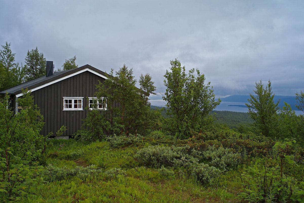Lappjordshytta med utsikt ned mot Tornetresk