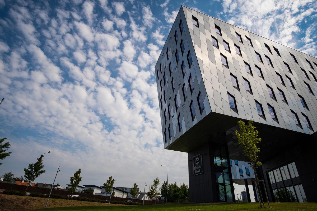 Underveis passerer man Clarion Hotel Energy. Hotellet er tegnet av det verdenskjente arkitektfirmaet Snøhetta.