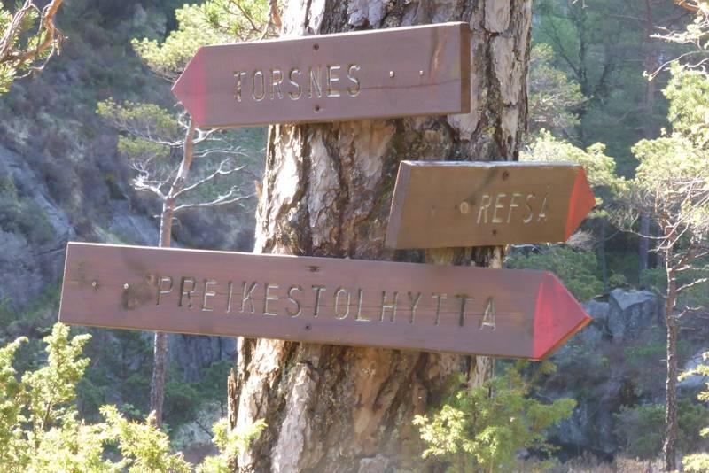Om man ikke vil ned til Refså kai, går en mot Torsnes.