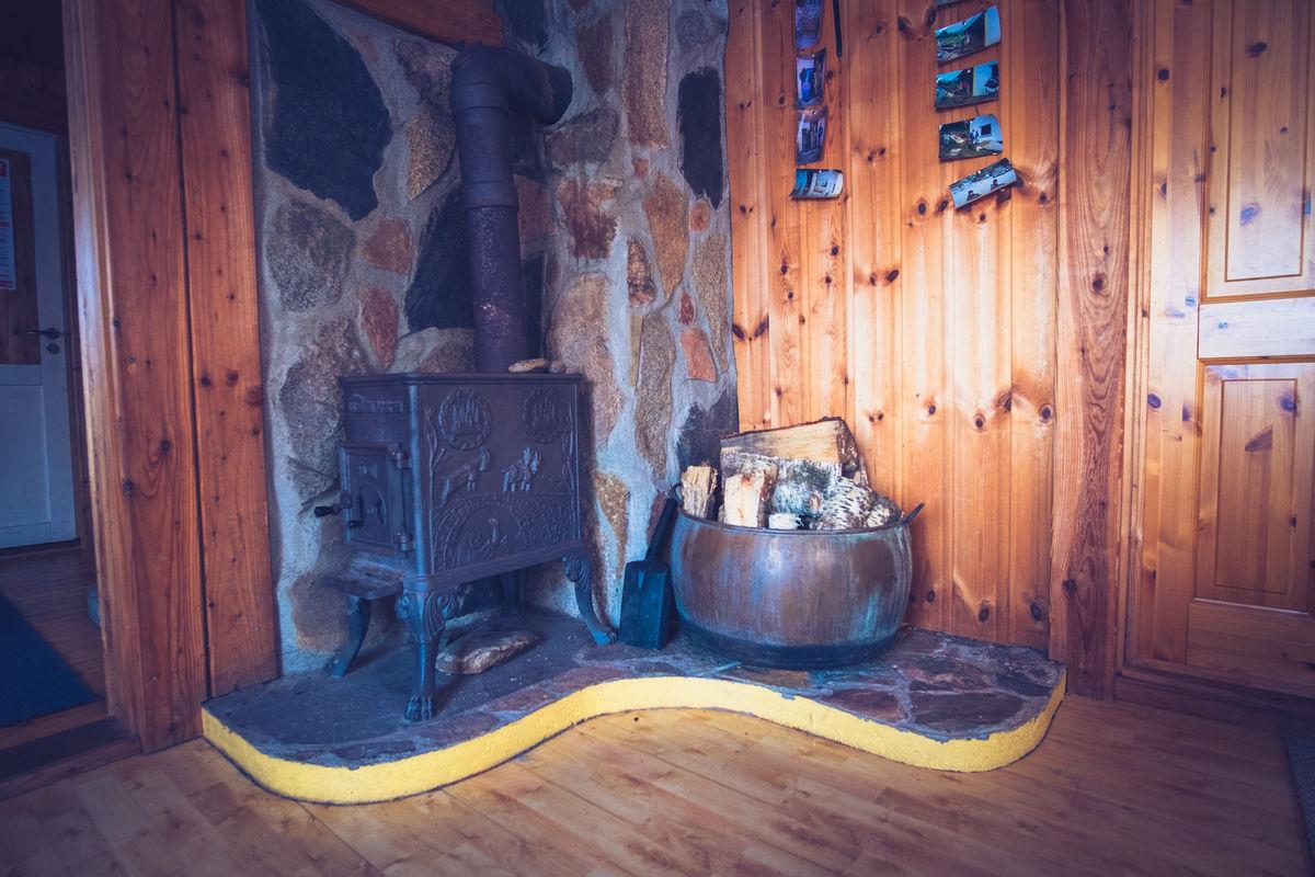 Det er flere vedovner på hytta. Her er det mulig å få lun varme selv om det er kaldt ute.