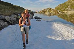 Familietur - snart fremme ved Høgabu. - Foto: Einar J. Grieg
